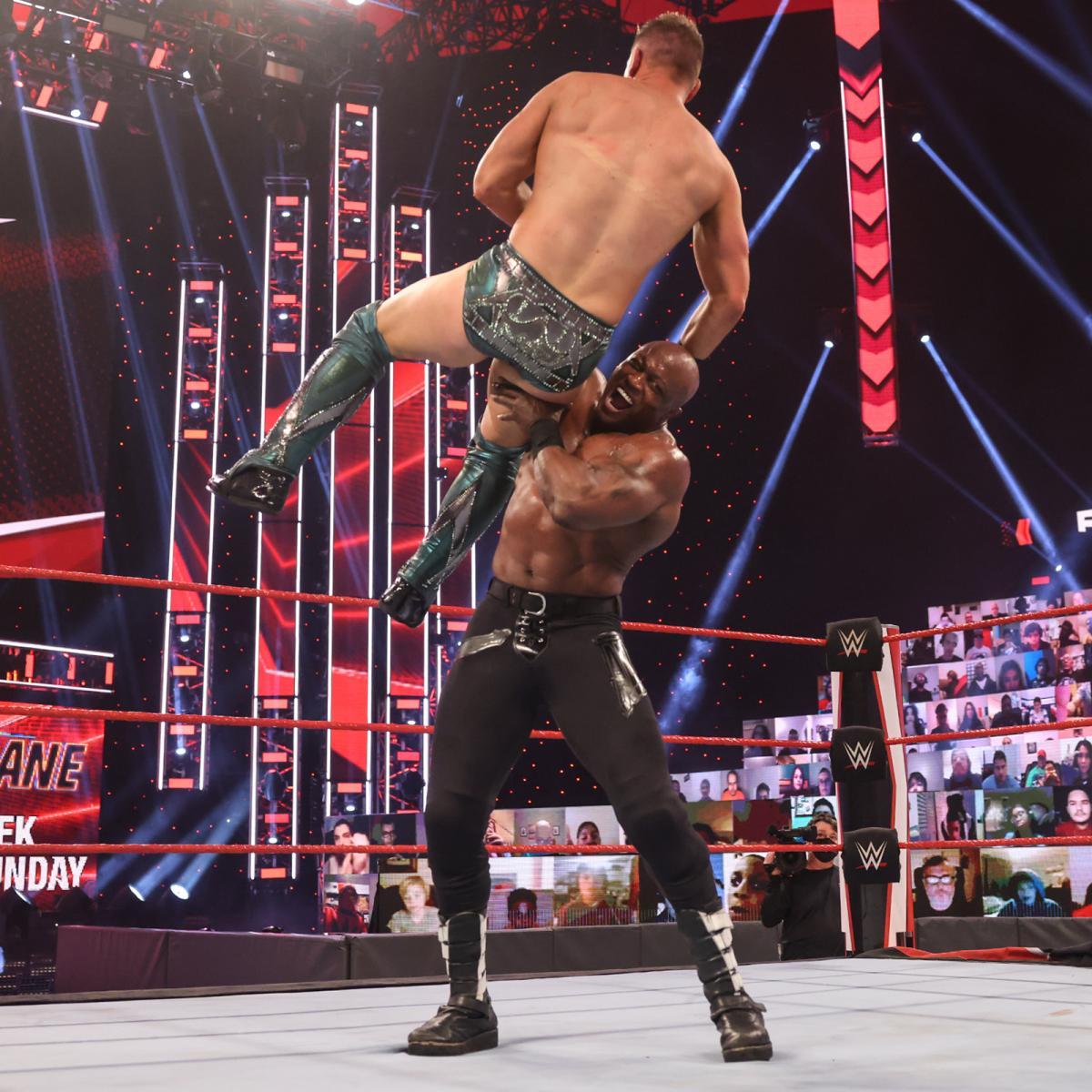 挑戦者のミズ(左)をチョークスラムで投げるWWEヘビー級王者ラシュリー(C)2021 WWE, Inc. All Rights Reserved.