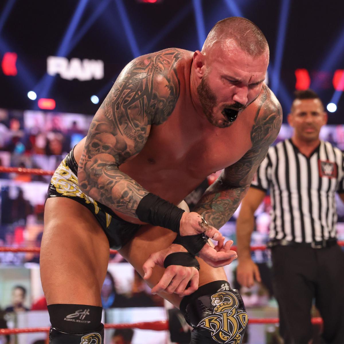 「小悪魔」ブリスの呪術を受け、黒い血を吐くオートン(C)2021 WWE, Inc. All Rights Reserved.