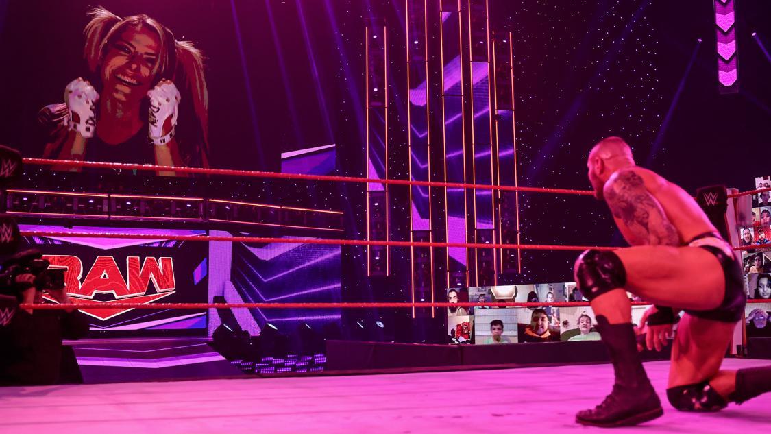 ビジョンに登場した「小悪魔}ブリスをにらみつけるオートン(C)2021 WWE, Inc. All Rights Reserved.