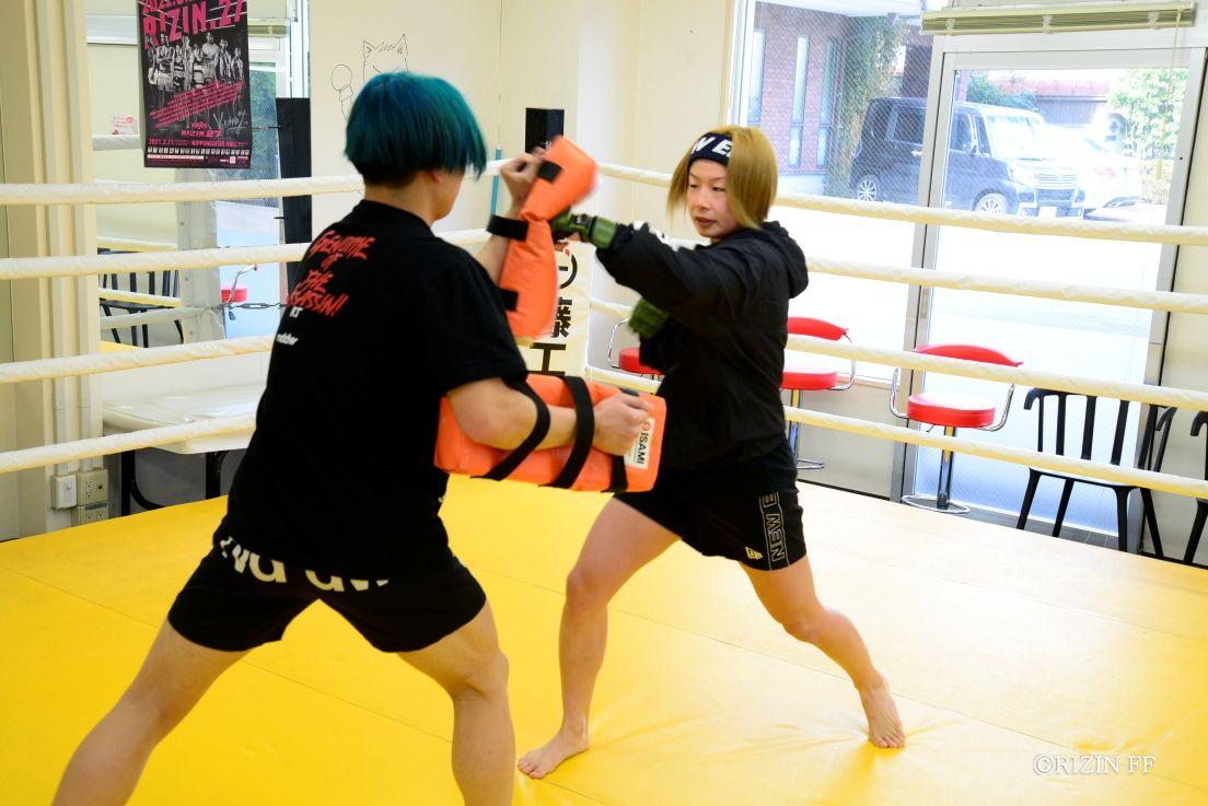 21日のRIZIN女子スーパーアトム級王座挑戦に向け、ミット打ちをみせた挑戦者の浅倉(右)(C)RIZIN FF