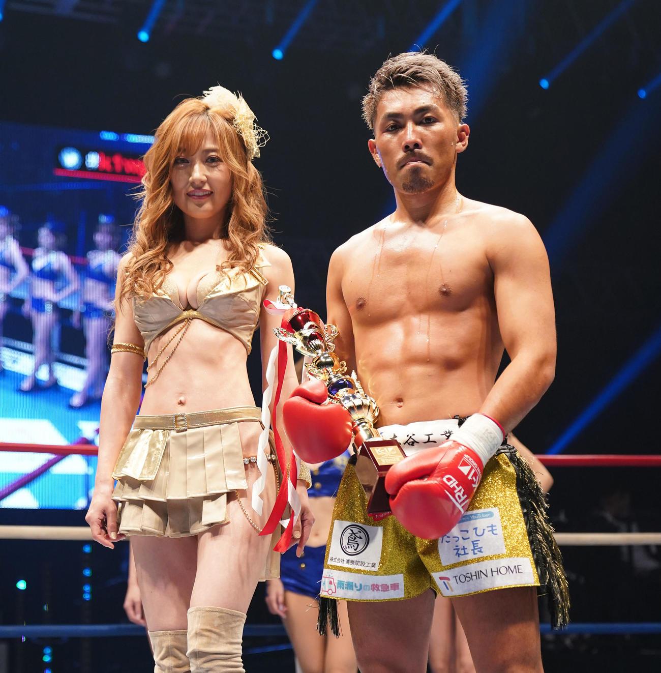 芦沢に勝利し、タレントの熊田曜子(左)と記念写真に納まる村越(撮影・菅敏)