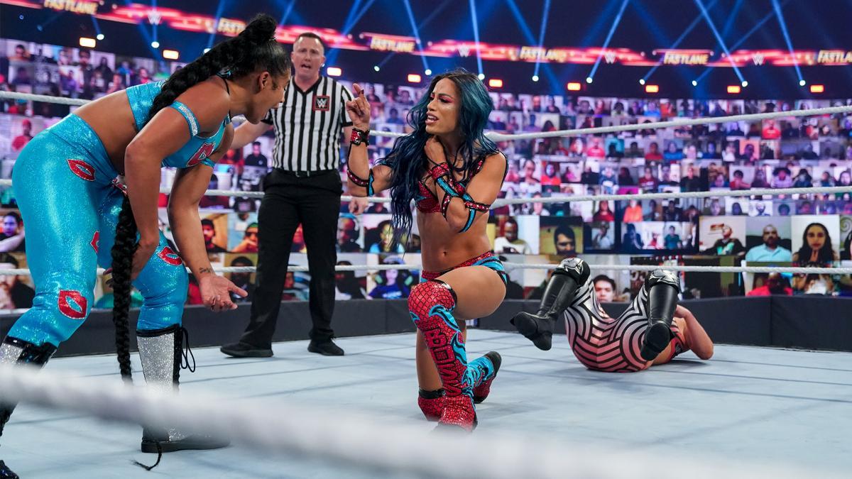 タッグを組むブレア(左端)と言い争うバンクス(中央)(C)2021 WWE, Inc. All Rights Reserved.