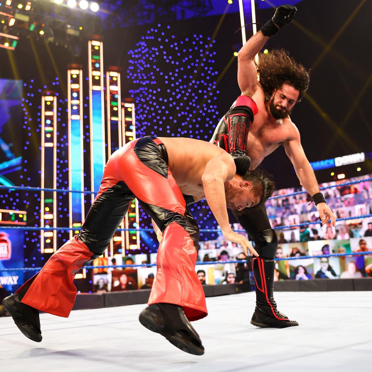 ロリンズ(右)のカーブ・ストンプを浴びた中邑 (C)  2021 WWE, Inc. All Rights Reserved.
