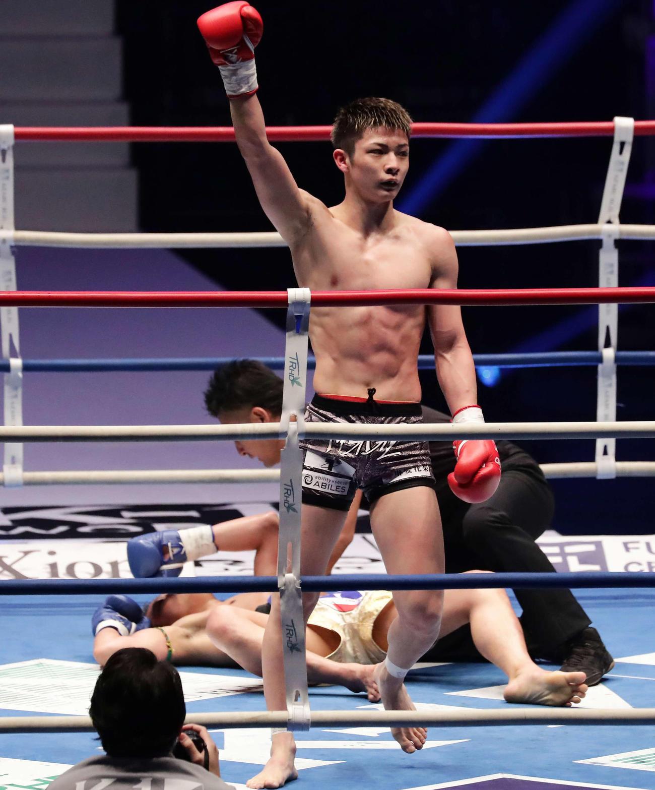 玖村将史対ダウサコン・モータッサナイ 2回、KO勝ちした玖村将史(撮影・丹羽敏通)