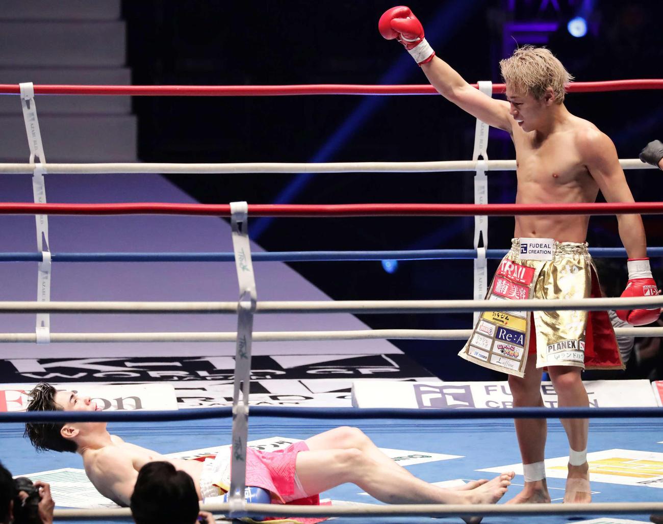 スーパーフェザー級タイトル戦 武尊対レオナ・ペタス 1回、ダウンを奪う武尊(右)(撮影・丹羽敏通)