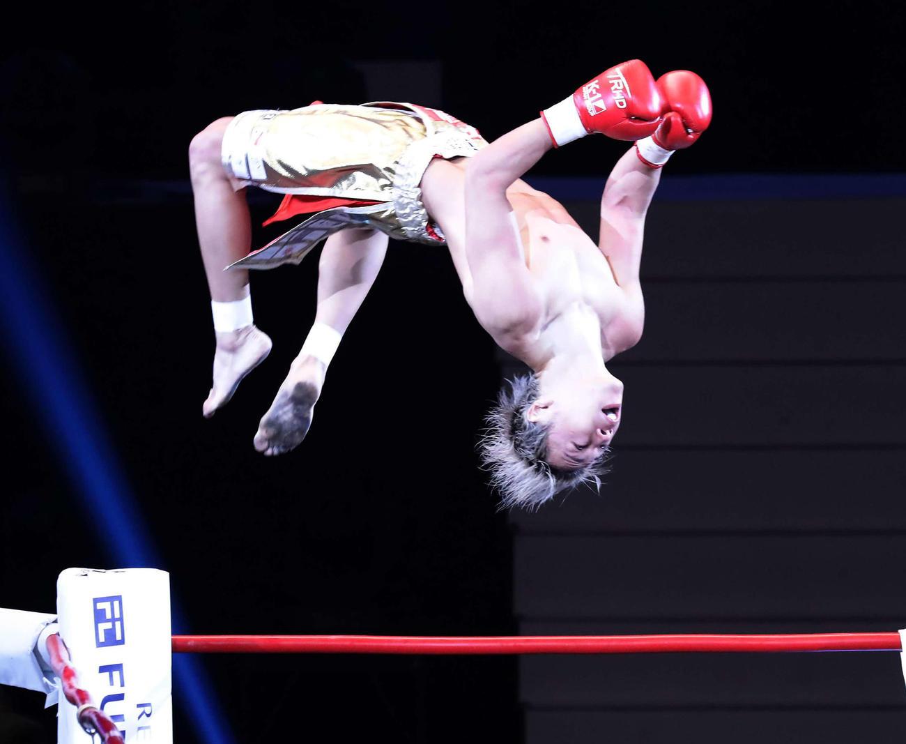 スーパーフェザー級タイトル戦 武尊対レオナ・ペタス KO防衛してコーナーポストからバック宙して喜ぶ武尊(撮影・丹羽敏通)