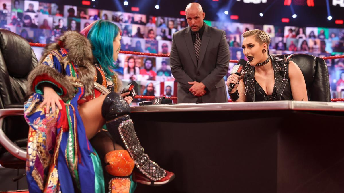 挑戦者リア・リプリー(右端)と調印式に臨んだロウ女子王者アスカ(左端)中央はWWEオフィシャルのピアース(C)2021 WWE, Inc. All Rights Reserved.