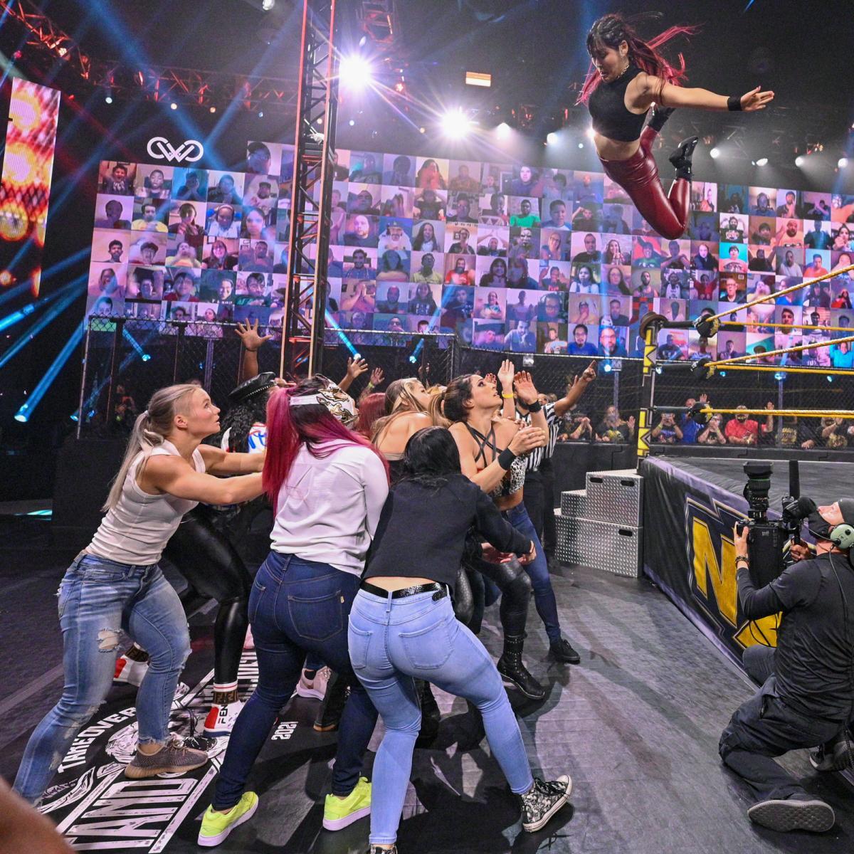 乱闘を止めに入った選手とラケル・ゴンザレス(中央)に向け、ボディープレスを放ったNXT女子王者紫雷イオ(右上)(C)2021 WWE, Inc. All Rights Reserved.
