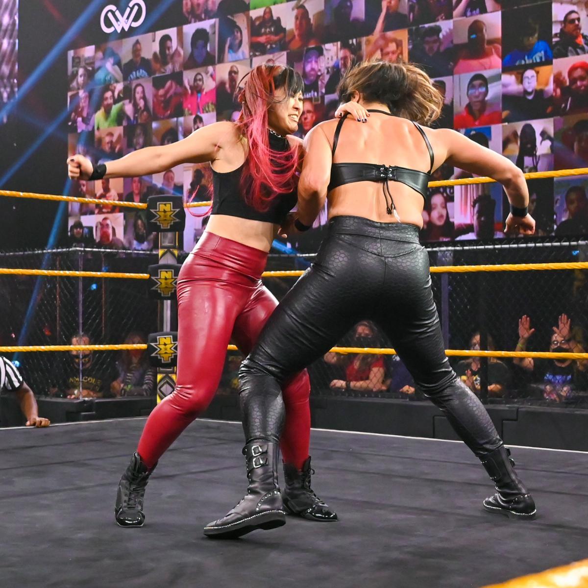 ラケル・ゴンザレス(右)とリング上で乱闘するNXT女子王者紫雷イオ(C)2021 WWE, Inc. All Rights Reserved.