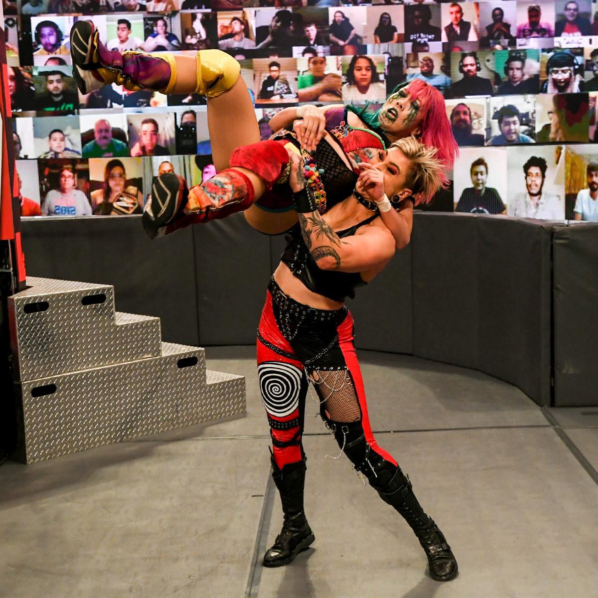 タッグを組んでいたリア・リプリー(右)に襲撃を受けたロウ女子王者アスカ(C)2021 WWE, Inc. All Rights Reserved.