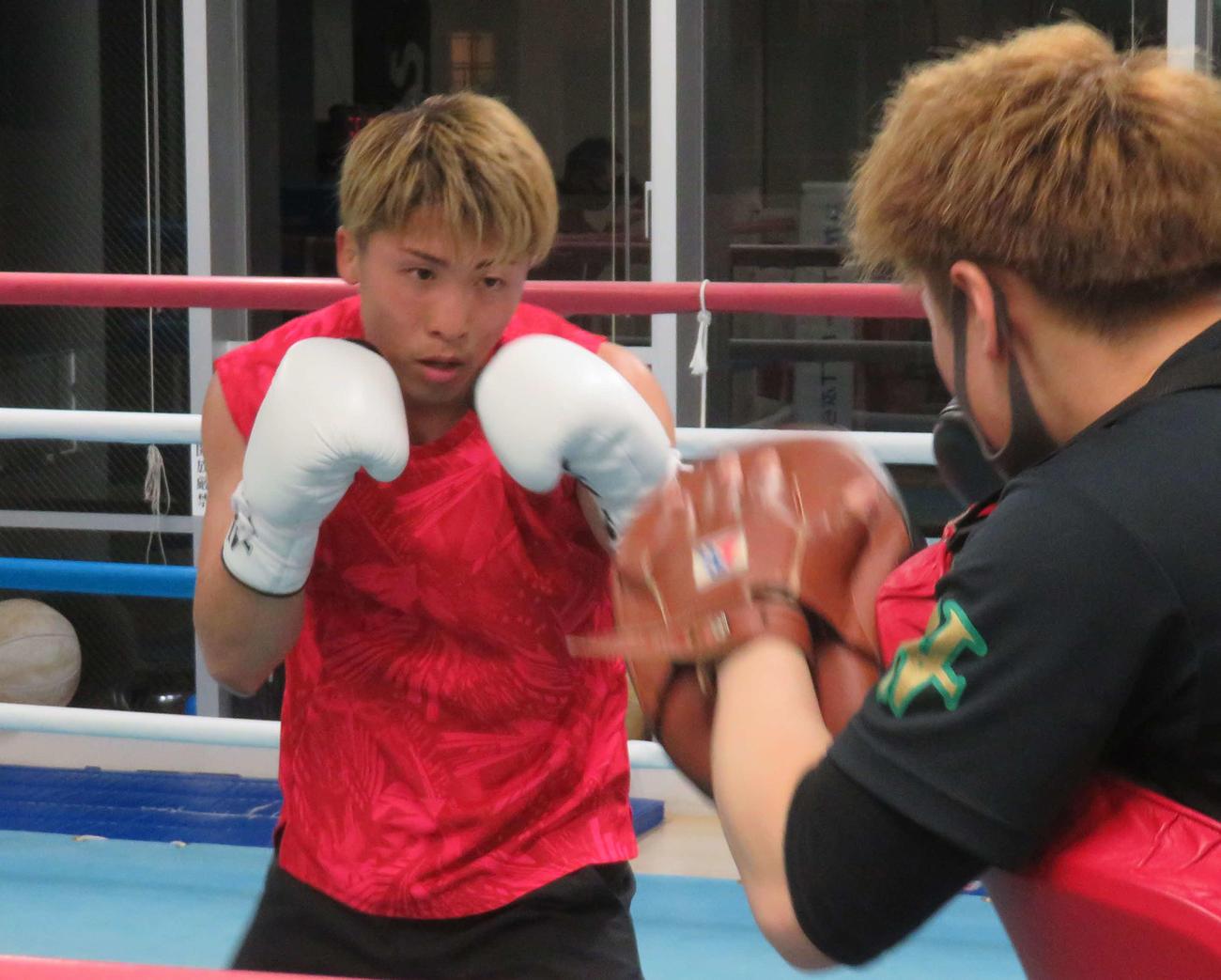 ミット打ちを消化するWBAスーパー・IBF世界バンタム級王者井上尚弥(左)