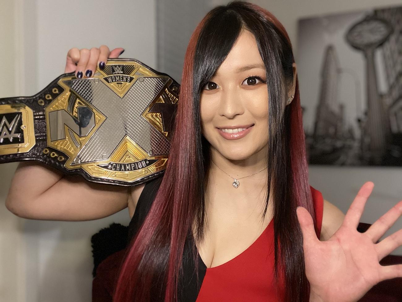 300日以上保持するNXT女子王座ベルトを手に笑顔をみせる王者紫雷イオ(C)2021 WWE, Inc. All Rights Reserved.
