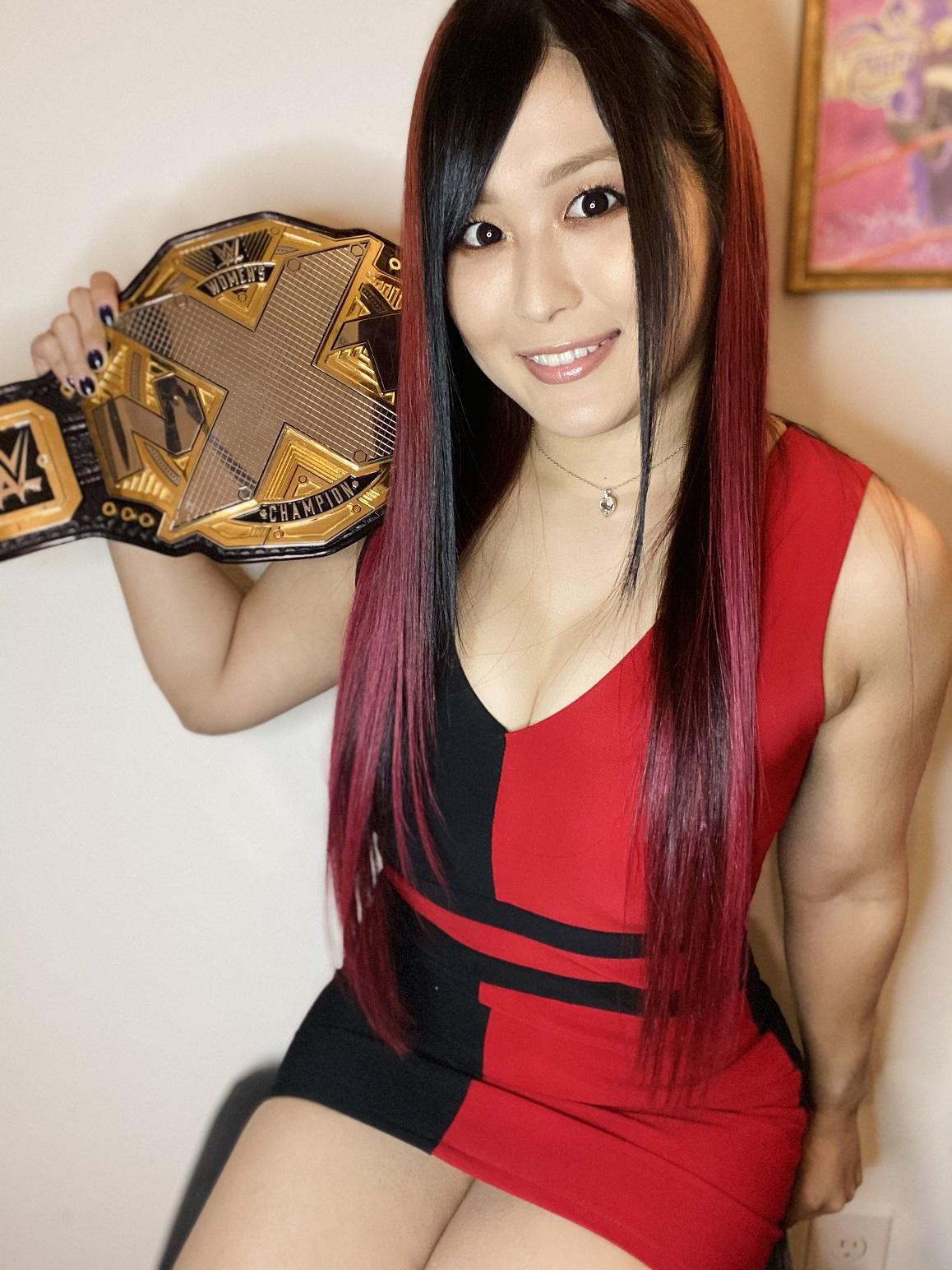 ヘアカラーに合わせたドレスでオンラインインタビューに応じたNXT女子王者紫雷イオ(C)2021 WWE, Inc. All Rights Reserved.