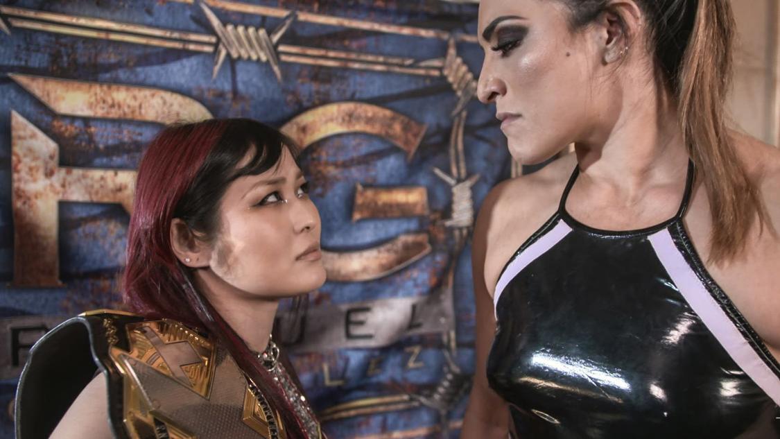 7日のPPV大会NXTテイクオーバーでラケル・ゴンザレス(右)との防衛戦に臨むNXT女子王者紫雷イオ(C)2021 WWE, Inc. All Rights Reserved.