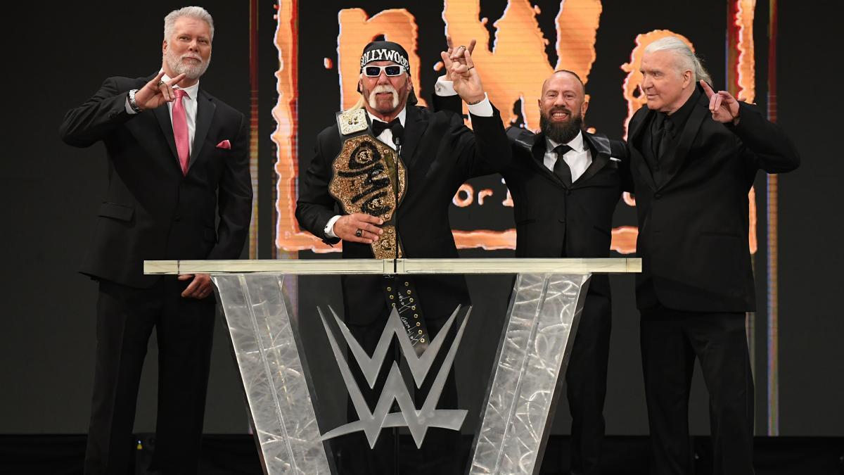21年WWE殿堂入り式典に出席したnWoメンバーを代表し、あいさつするハルク・ホーガン(左から2番目)(C)2021 WWE, Inc. All Rights Reserved.