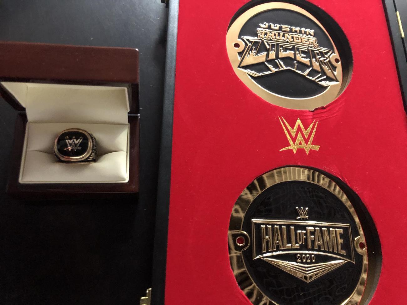 獣神サンダー・ライガーが受け取ったWWE殿堂入りの表彰盾とリング(C)2021 WWE, Inc. All Rights Reserved.