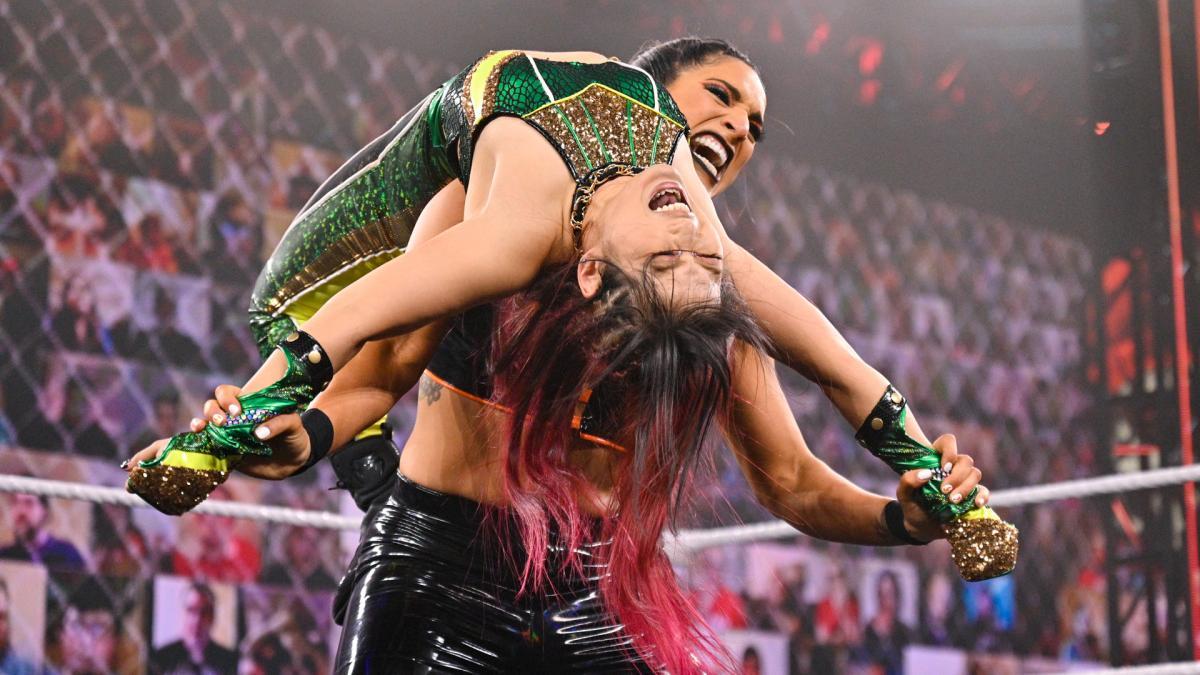 ゴンザレス(右)に持ち上げられる紫雷(C)2021 WWE, Inc. All Rights Reserved.