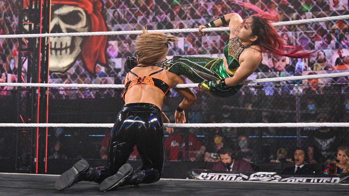 ゴンザレス(左)に619を成功させる紫雷(C)2021 WWE, Inc. All Rights Reserved.