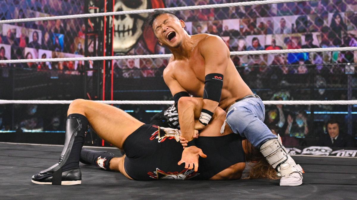 ダン(下)にホバーボードロックを仕掛けるKUSHIDA(C)2021 WWE, Inc. All Rights Reserved.