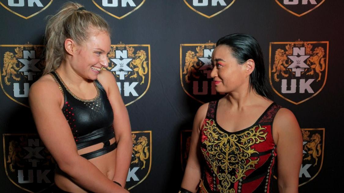 試合後、エミリア・マッケンジー(左)と笑顔をみせる里村明衣子(C)2021 WWE, Inc. All Rights Reserved.