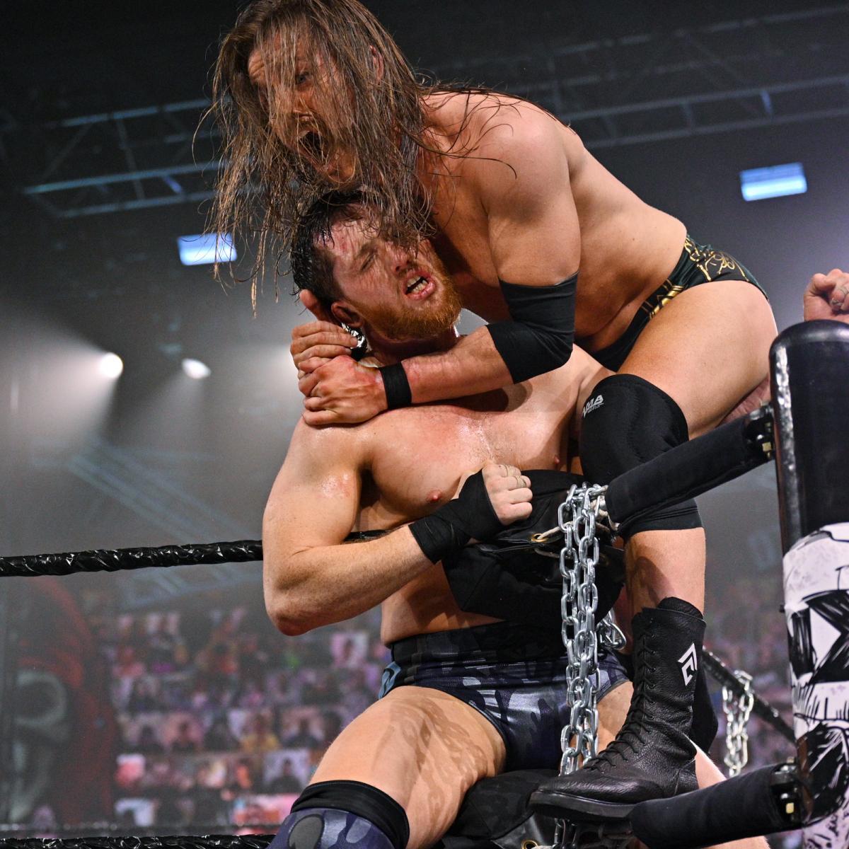 コーナー付近でアダム・コール(右)と激しい攻防を繰り広げたカイル・オライリー(C)2021 WWE, Inc. All Rights Reserved.