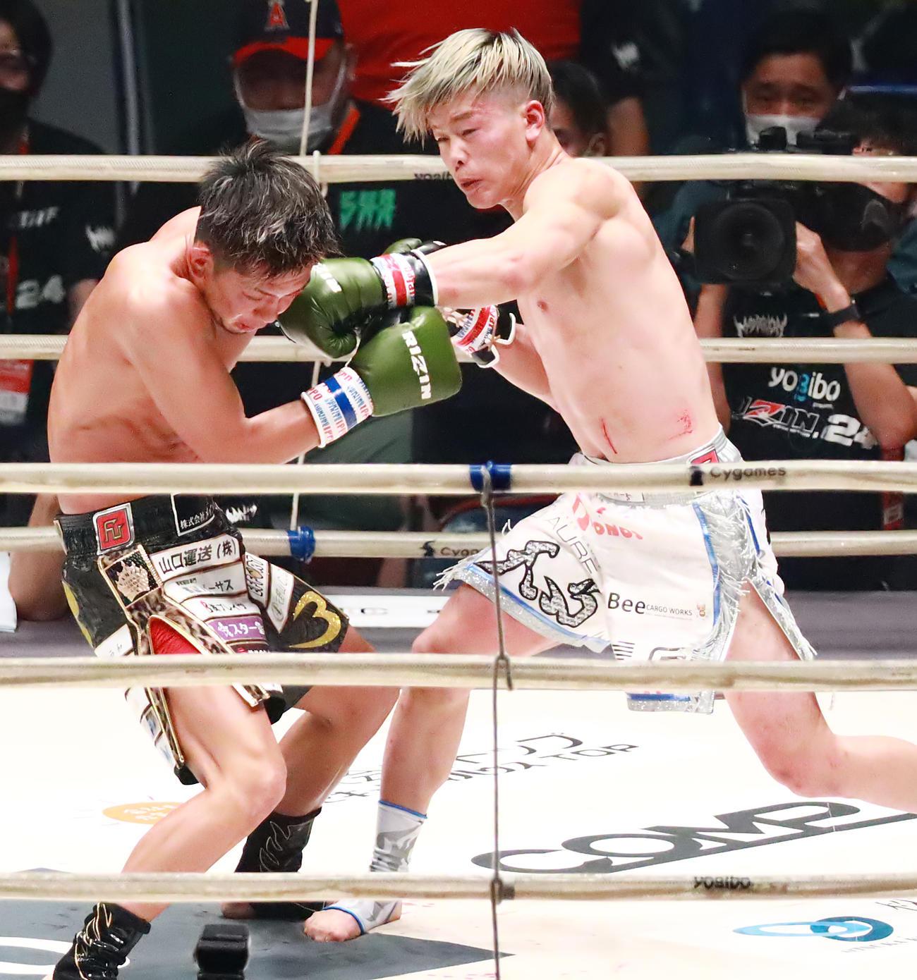 皇治(左)にパンチを浴びせる那須川(2020年9月27日撮影)