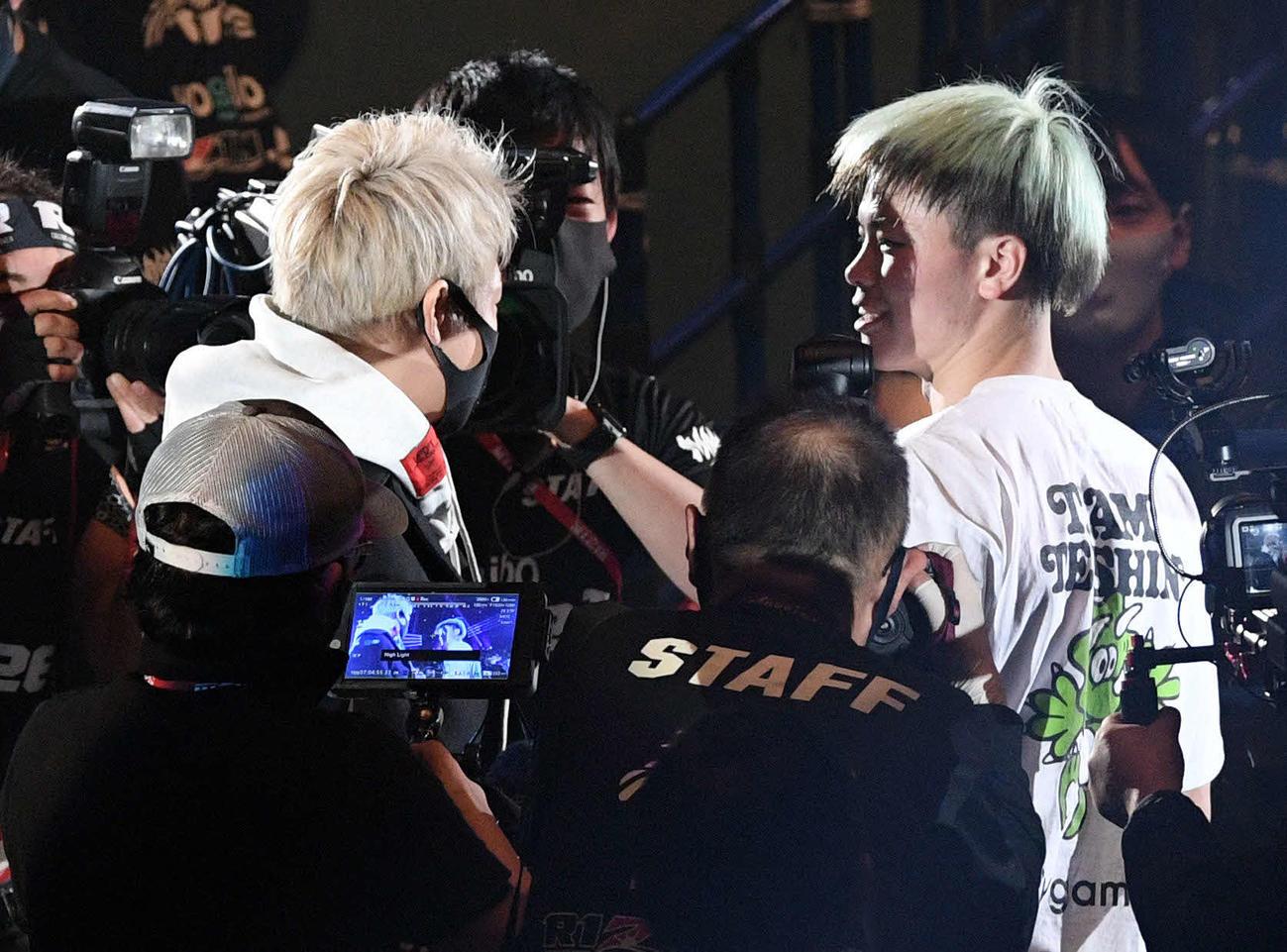 武尊(左)と話す那須川(2020年12月31日撮影)