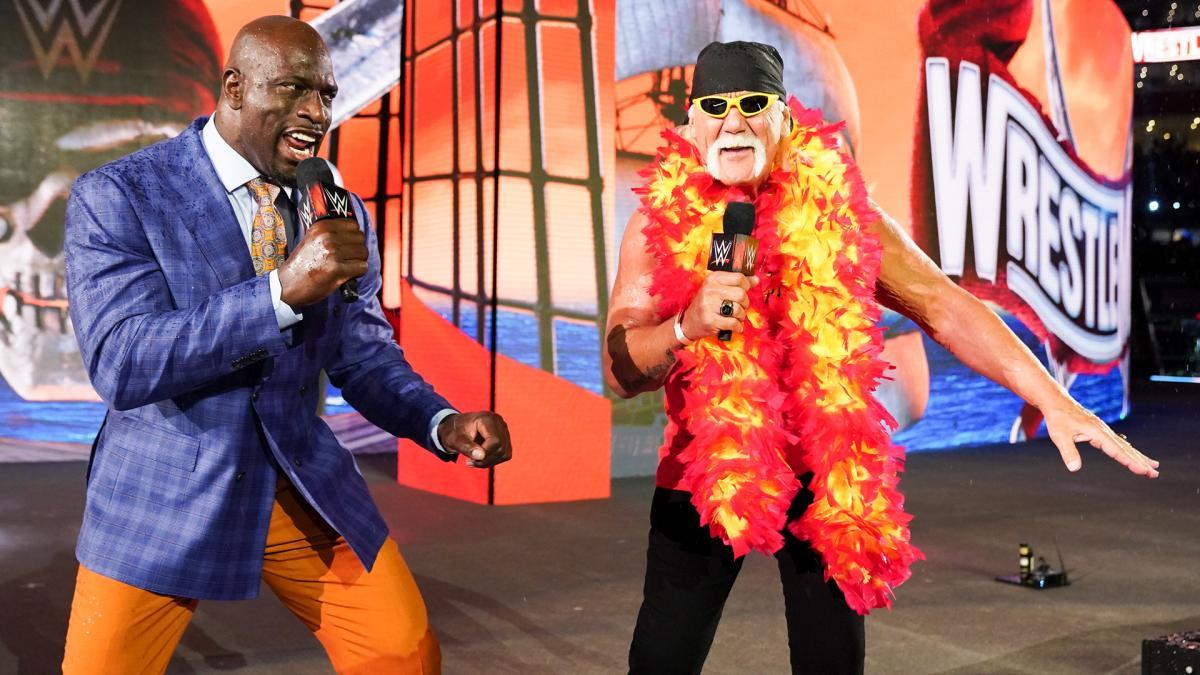 レッスルマニア37大会のオープニングに登場したハルク・ホーガン(右)とタイタス・オニール(C)2021 WWE, Inc. All Rights Reserved.