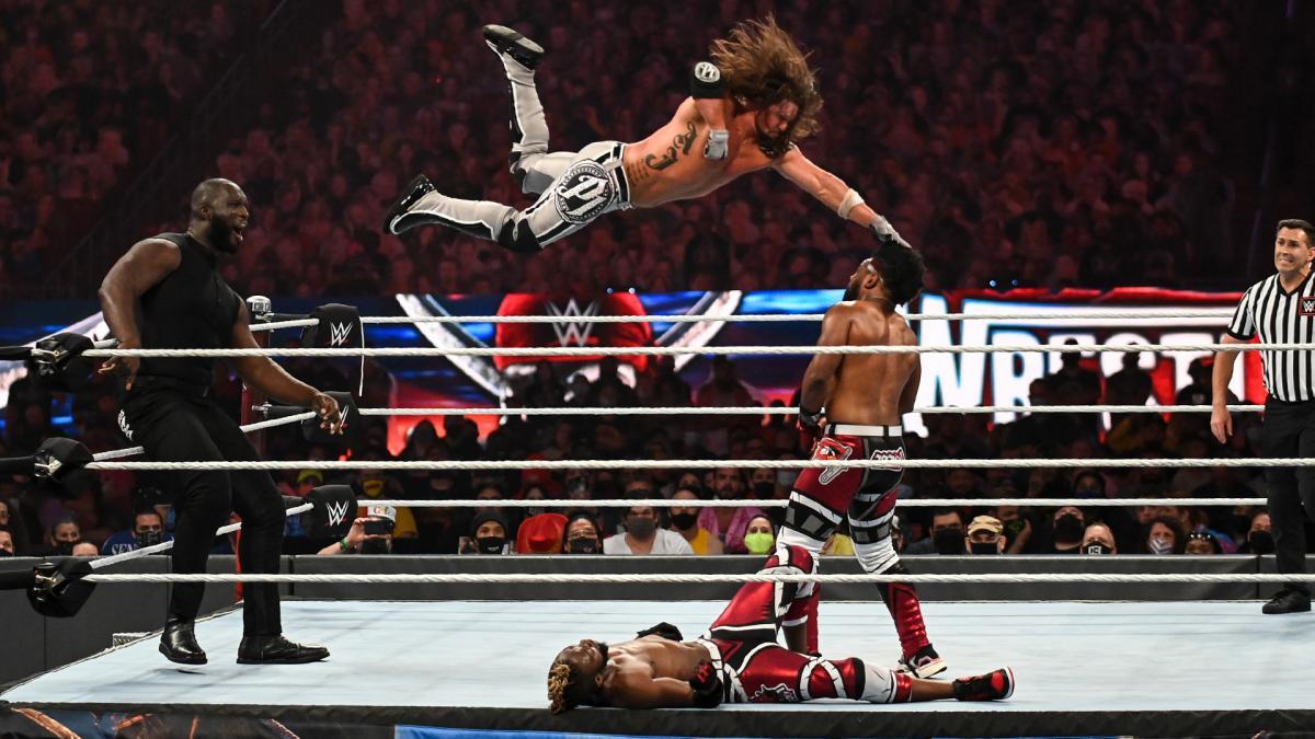 オモス(左端)の肩から飛び上がり、フェノメナル弾をウッズ(右端)にたたき込むAJスタイルズ(左から2番目)(C)2021 WWE, Inc. All Rights Reserved.