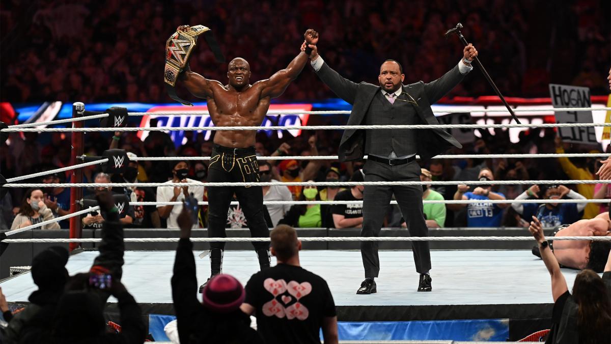 詰め掛けた2万5000人以上の歓声に包まれ、MVP(右)とともに王座防衛をアピールしたWWEヘビー級王者ラシュリー(C)2021 WWE, Inc. All Rights Reserved.