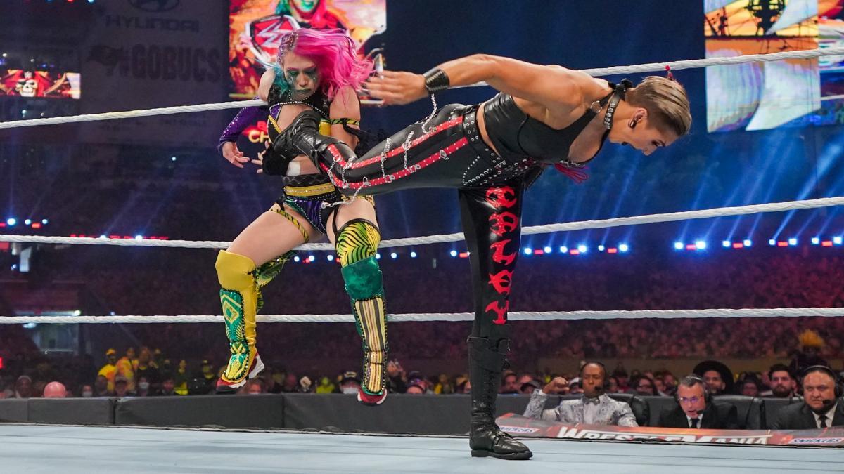 挑戦者リプリー(右)のトラースキックを浴びるロウ女子王者アスカ(C)2021 WWE, Inc. All Rights Reserved.