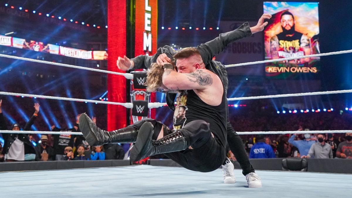 ケビン・オーエンズ(手前)のスタナーを浴びるユーチューバーのローガン・ポール(C)2021 WWE, Inc. All Rights Reserved.