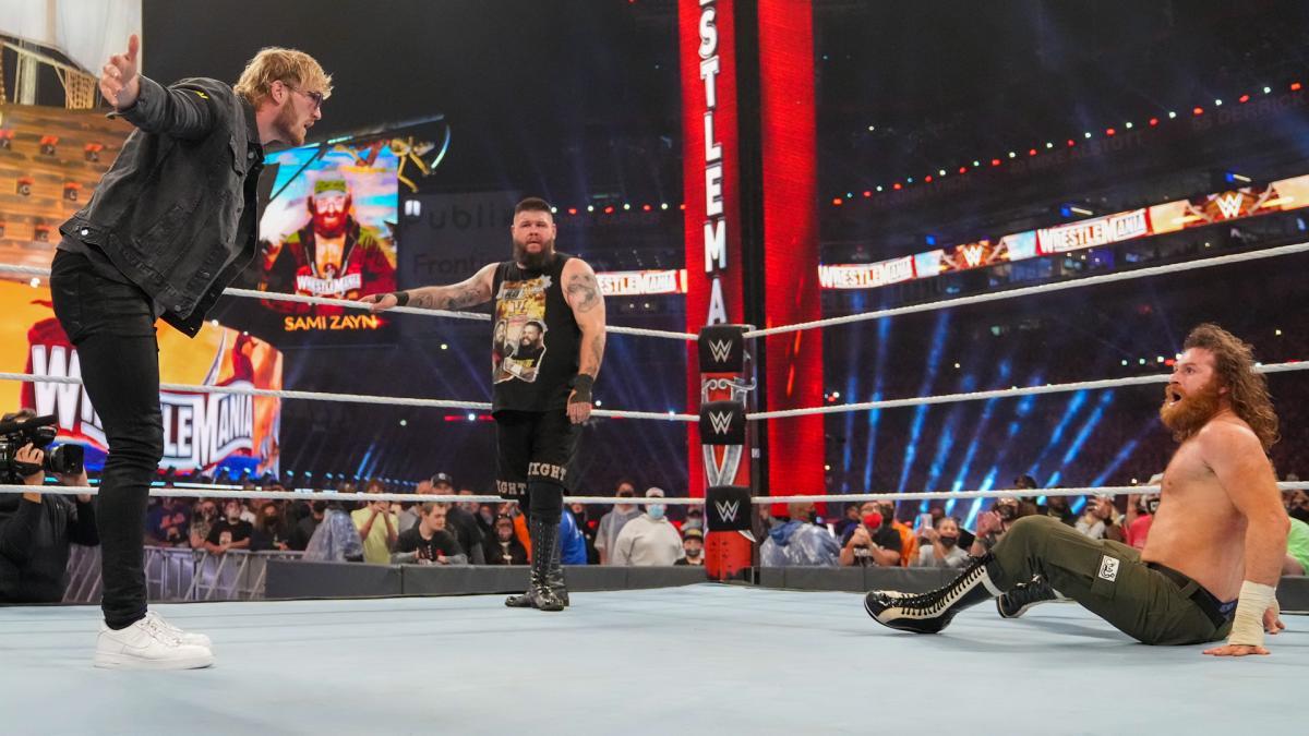 サミ・ゼイン(右端)とリング上で口論するユーチューバーのローガン・ポール(左端)。中央はケビン・オーエンズ(C)2021 WWE, Inc. All Rights Reserved.
