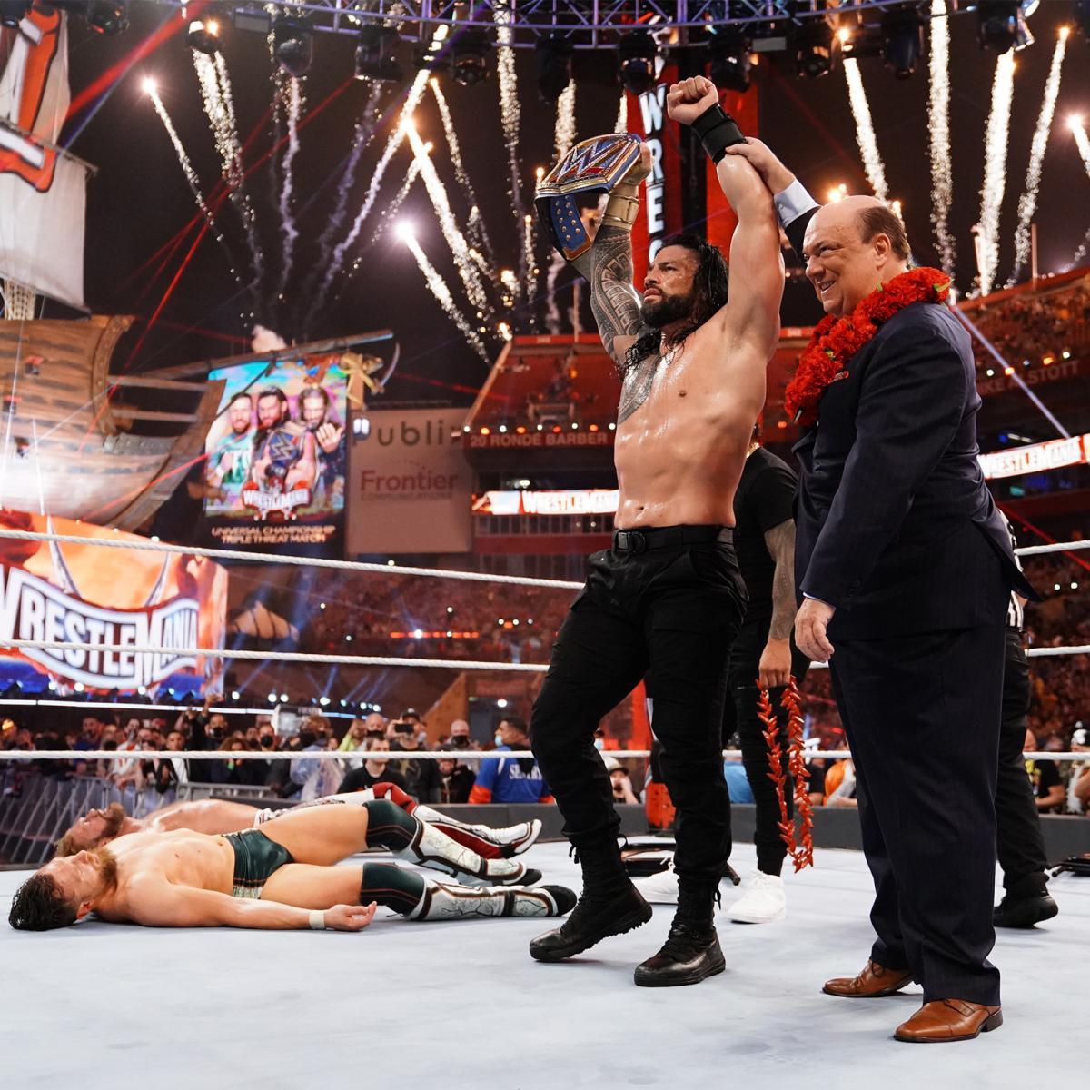 防衛成功したWWEユニバーサル王座ベルトを掲げるレインズ(右から2番目)。左端はポール・ヘイマン(C)2021 WWE, Inc. All Rights Reserved.