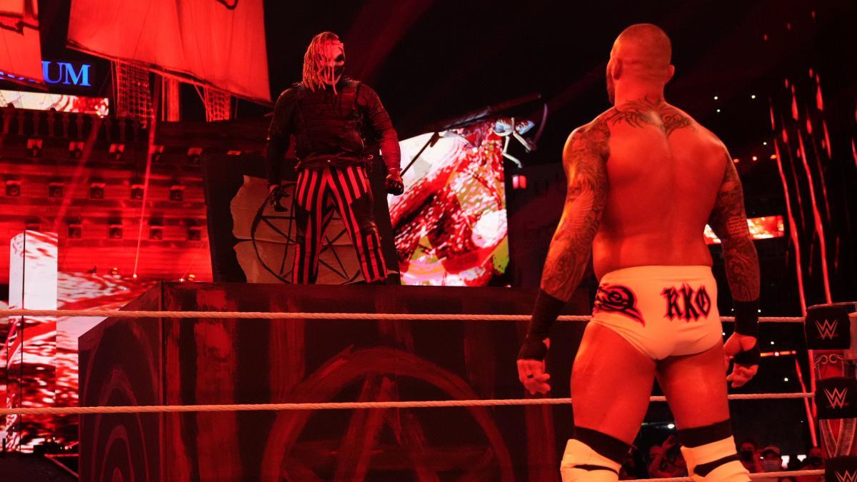 リング付近に設置されたボックスの中から登場し、オートン(右)をにらみつけたワイアット(C)2021 WWE, Inc. All Rights Reserved.