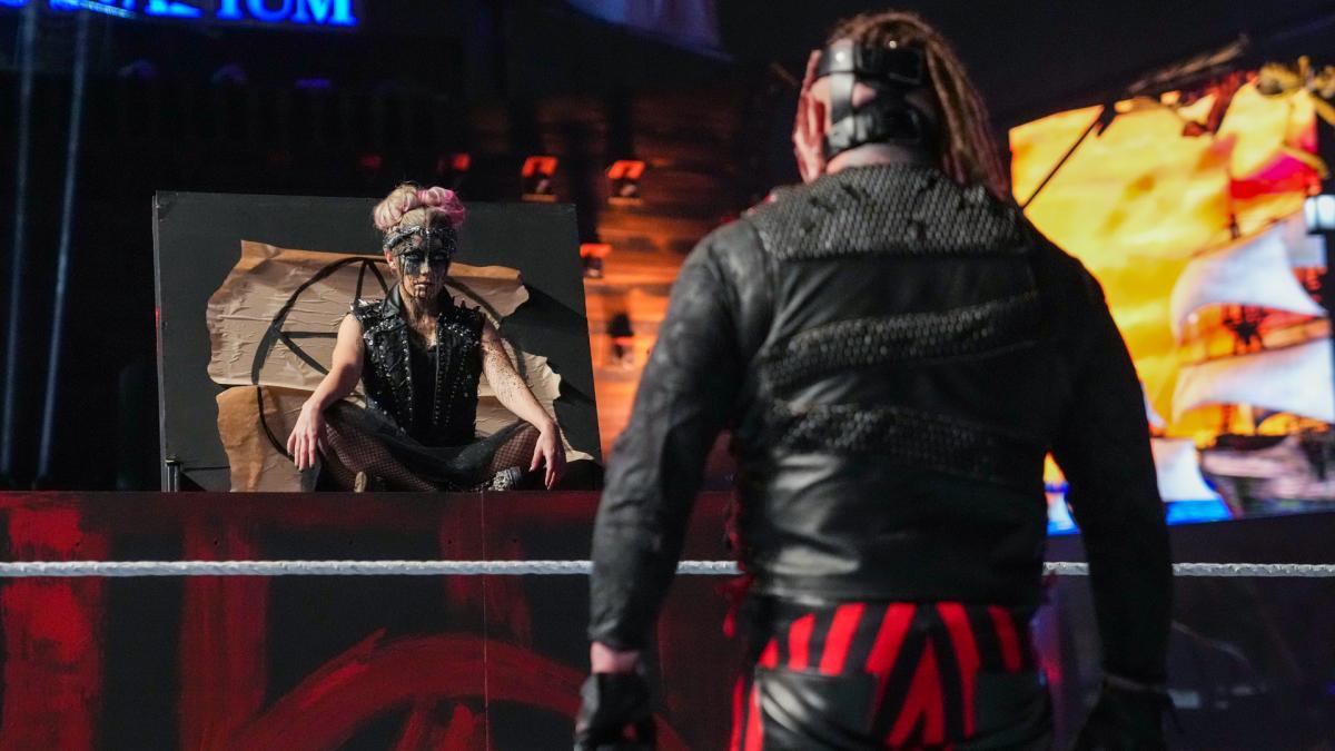 突然、ボックスから黒い血を流しながら姿をみせた「小悪魔」ブリス(左)を見つめるワイアット(C)2021 WWE, Inc. All Rights Reserved.
