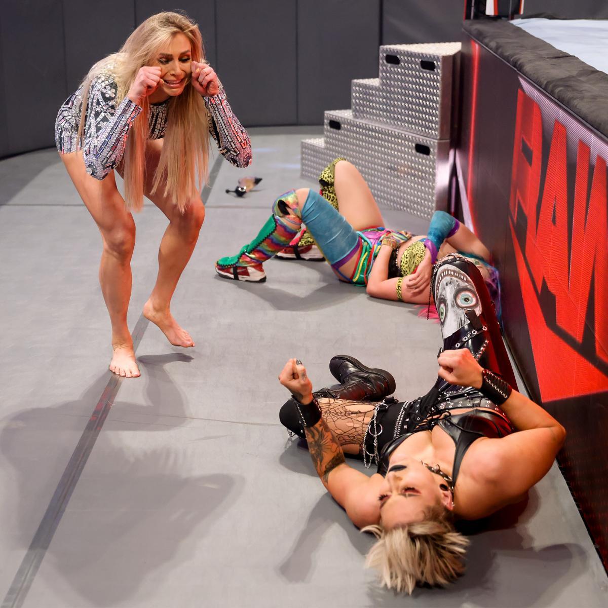 フレアー(左端)に襲撃されたロウ女子王者リプリー(右前)とアスカ(C)2021 WWE, Inc. All Rights Reserved.