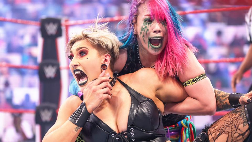 ロウ女子王者リプリー(左)にアスカロックを仕掛けようとする前王者アスカ(C)2021 WWE, Inc. All Rights Reserved.