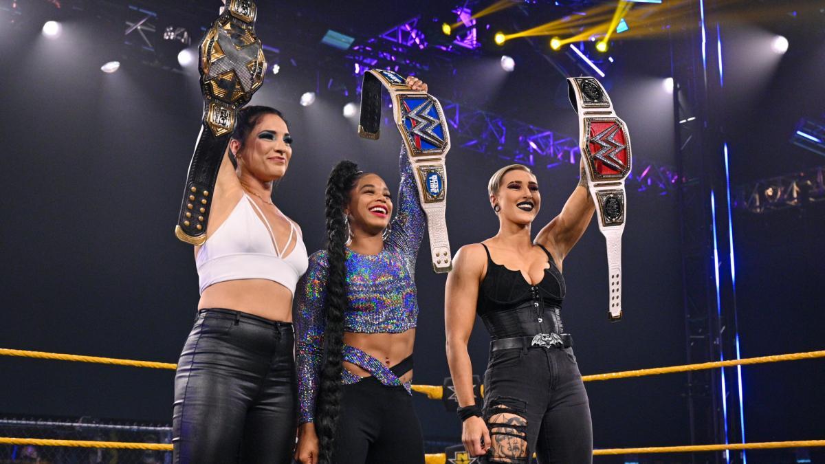 新女子王者3人がNXT大会に集結。左からNXT女子王者ゴンザレス、スマックダウン女子王者ブレア、ロウ女子王者リプリー(C)2021 WWE, Inc. All Rights Reserved.