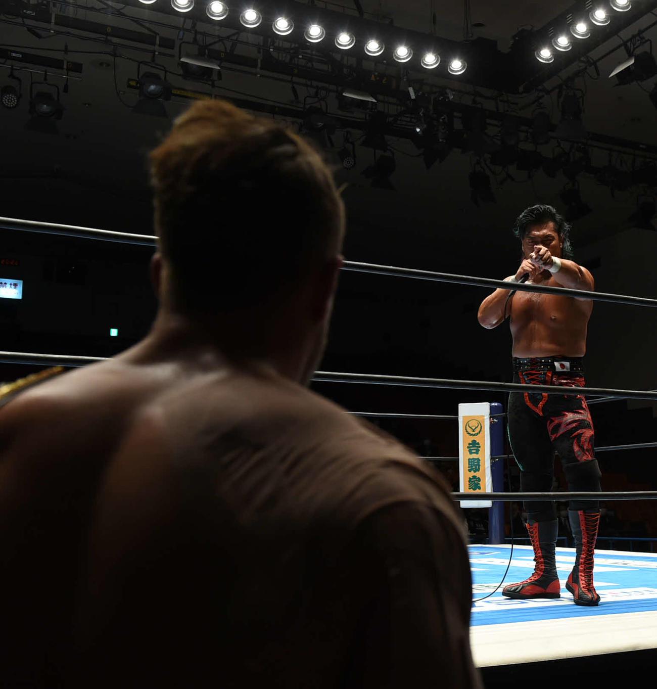 新日本プロレス後楽園大会 前哨戦に勝利後、ウィル・オスプレイ(手前)を指さす鷹木信悟(新日本プロレス提供)