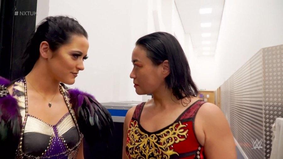 ヴァルキリー(左)とにらみ合う里村明衣子(C)2021 WWE, Inc. All Rights Reserved.