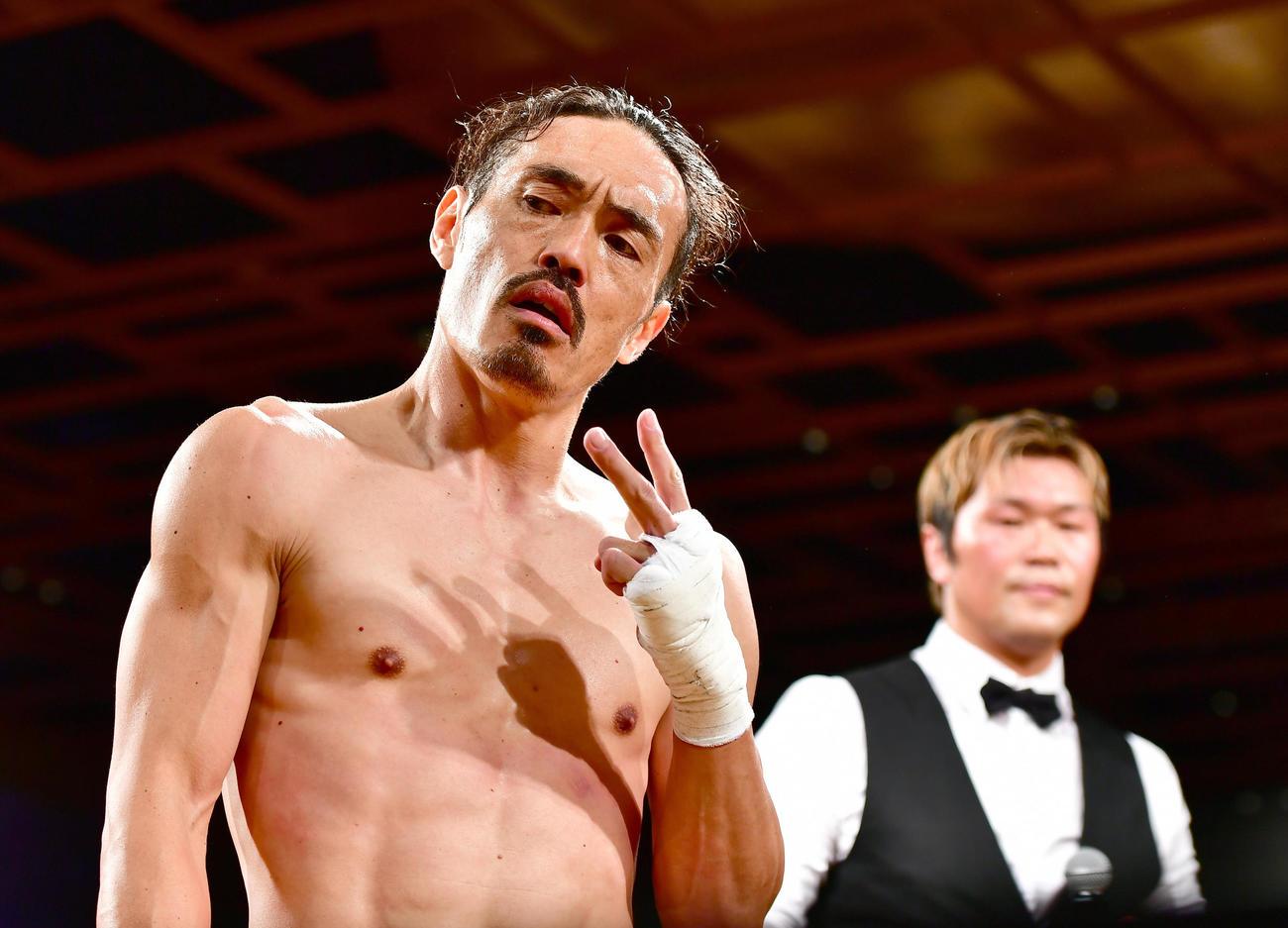 「EXECUTIVE FIGHT 武士道」格闘家デビュー戦を白星で飾りポーズを決める安彦考真(撮影・小沢裕)