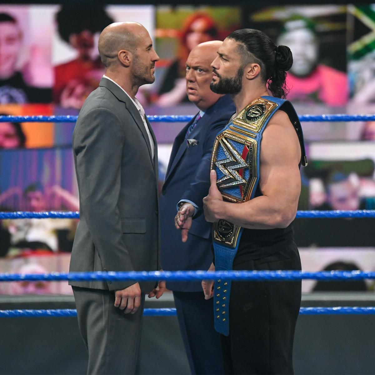 WWEユニバーサル王者ローマン・レインズ(右端)に挑戦要求したセザーロ(左端)。中央はポール・ヘイマン(C)2021 WWE, Inc. All Rights Reserved.
