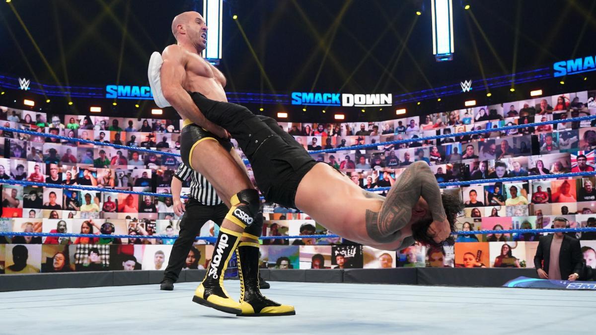 ジェイ・ウーソ(右)にセザーロスイングを仕掛けるセザーロ(C)2021 WWE, Inc. All Rights Reserved.