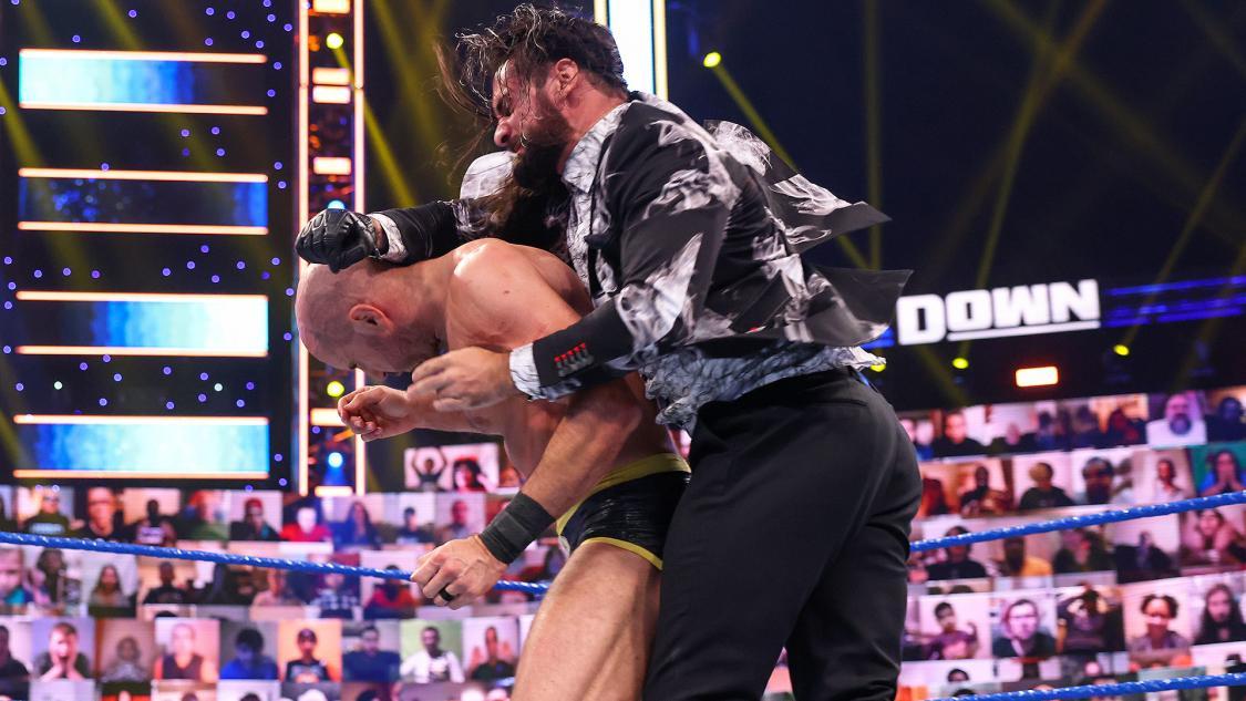 ロリンズ(右)に襲撃されたセザーロ(C)2021 WWE, Inc. All Rights Reserved.