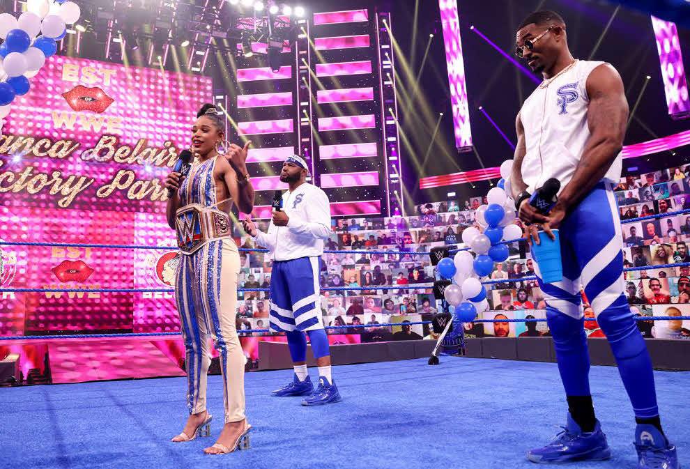 夫フォード(右端)とリングに立ったスマックダウン女子王者ブレア(左端)中央はドーキンス(C)2021 WWE, Inc. All Rights Reserved.
