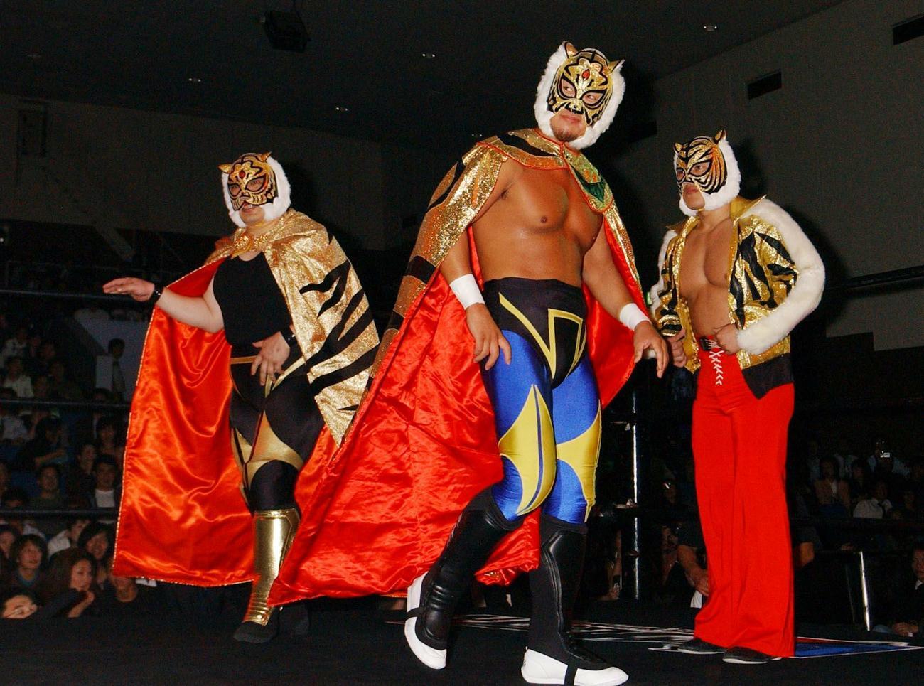 04年、3代目(中央)4代目タイガーマスク(右)と