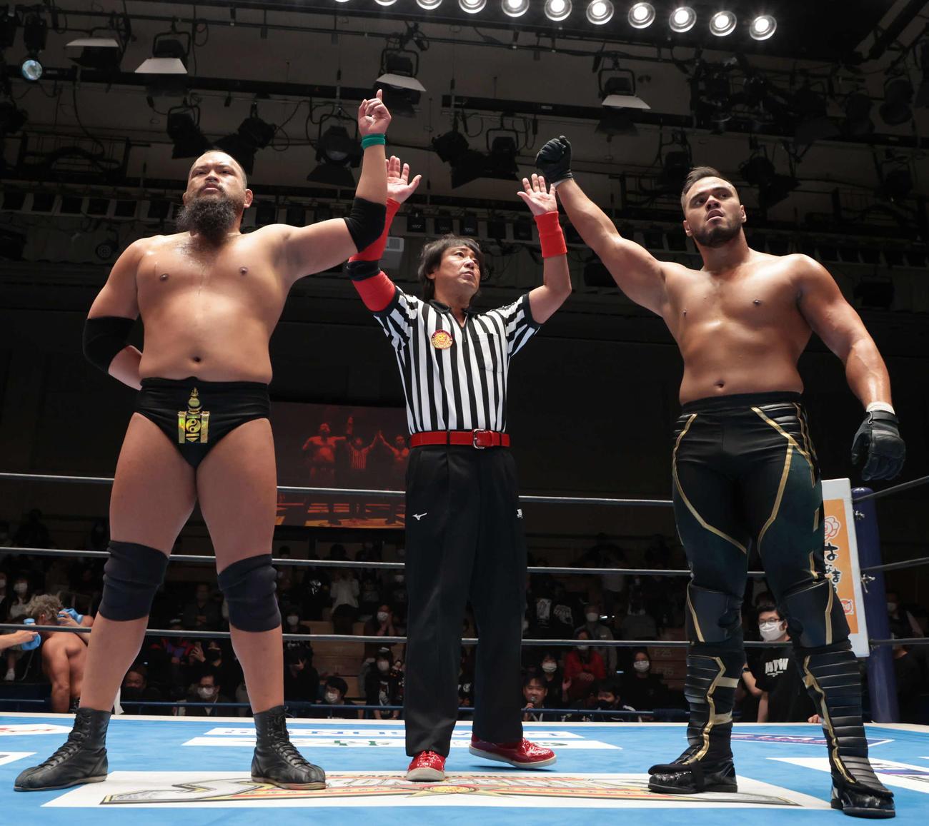 新日本プロレス後楽園大会 SANADA、内藤哲也組に勝利したグレート・O・カーン(左)とアーロン・ヘナーレ(右)(新日本プロレス提供)