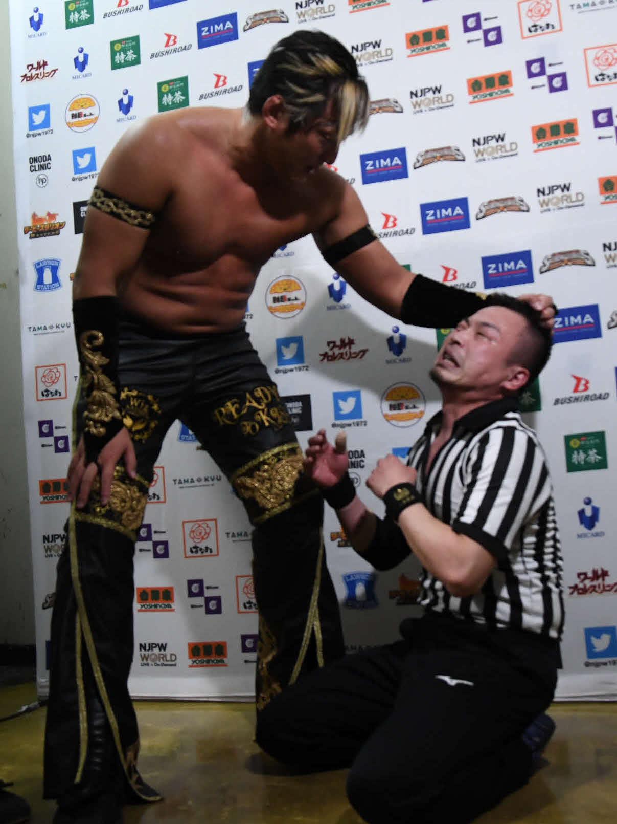 新日本プロレス後楽園大会 バックステージで佐藤レフェリーに襲いかかるタイチ(新日本プロレス提供)