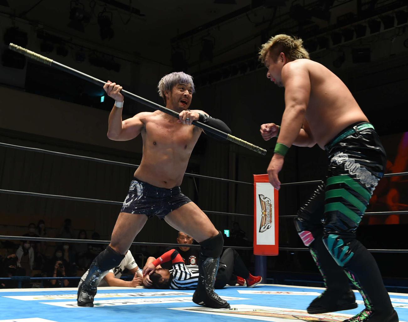 新日本プロレス後楽園大会 棒を持ち出し、YOSHI-HASHI(右)に襲いかかるKENTA(新日本プロレス提供)